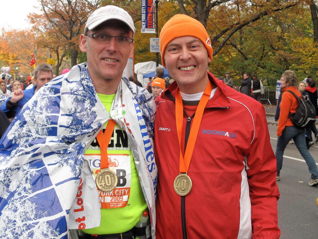 Arnoud, rechts op de foto na de finish New York marathon 2009 met vriend Eugene